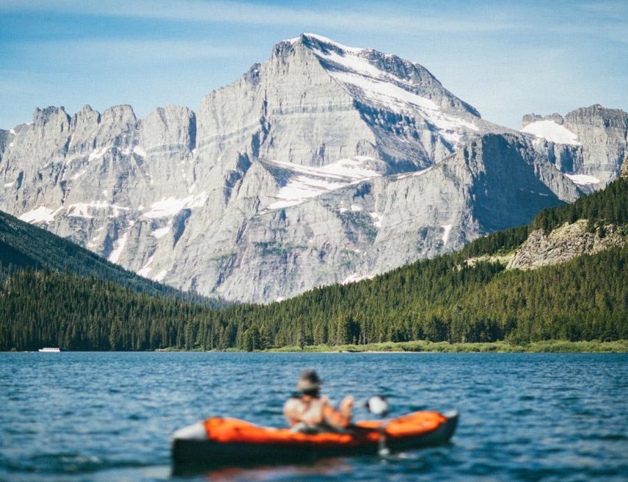フリー写真 グレイシャー国立公園の山とカヤックに乗る人