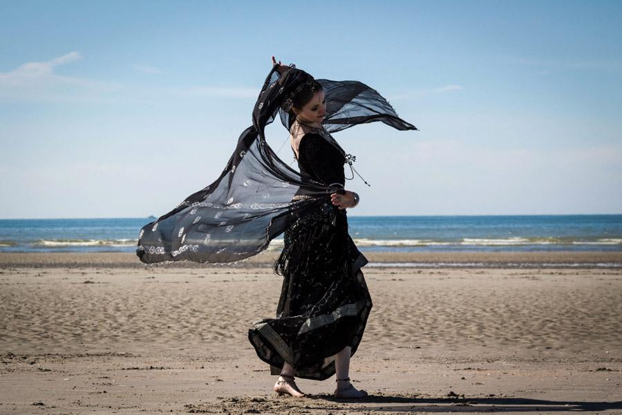 フリー写真 サリー姿で踊る外国人女性