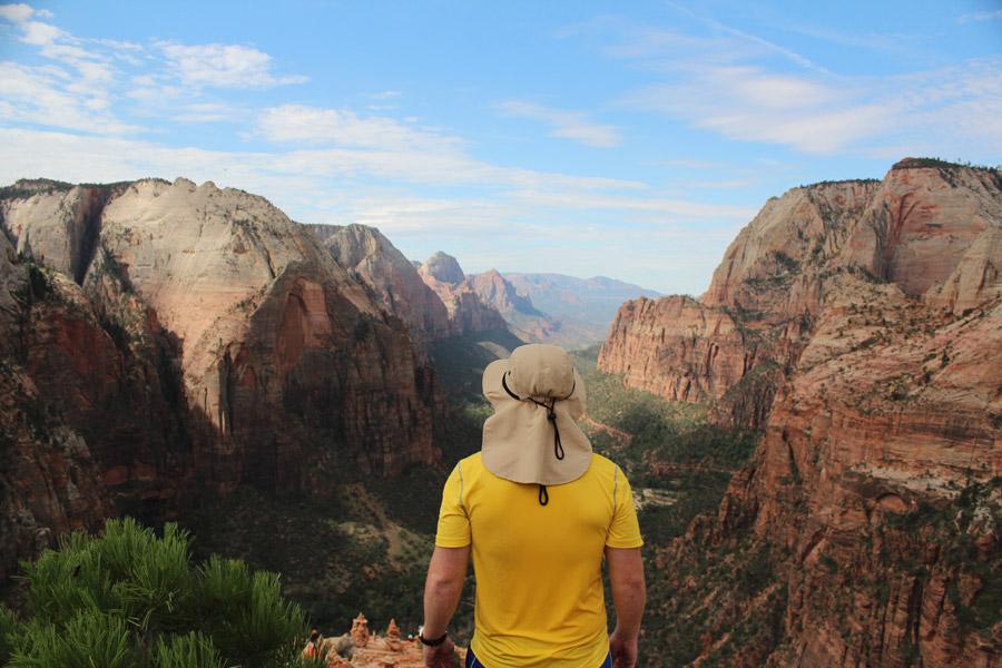 フリー写真 ザイオン渓谷を眺める男性の後ろ姿