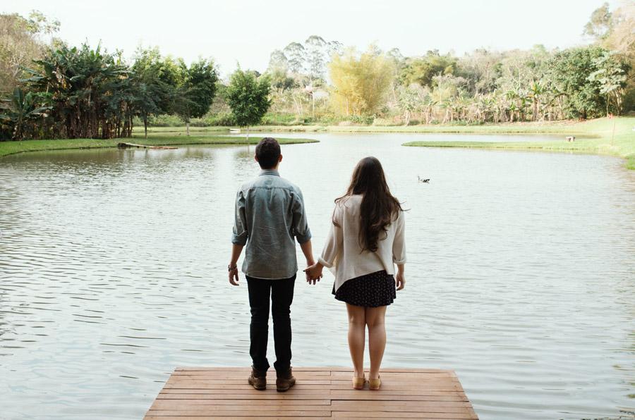 フリー写真 池の前の桟橋に手をつないで立つカップル