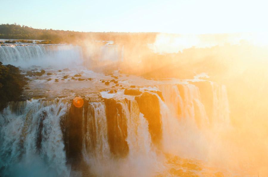 フリー写真 太陽の光とイグアスの滝の風景