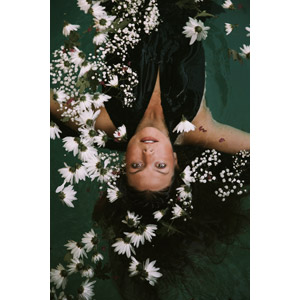 フリー写真, 人物, 女性, 外国人女性, アメリカ人, 水に浮かぶ, ドレス, 人と花