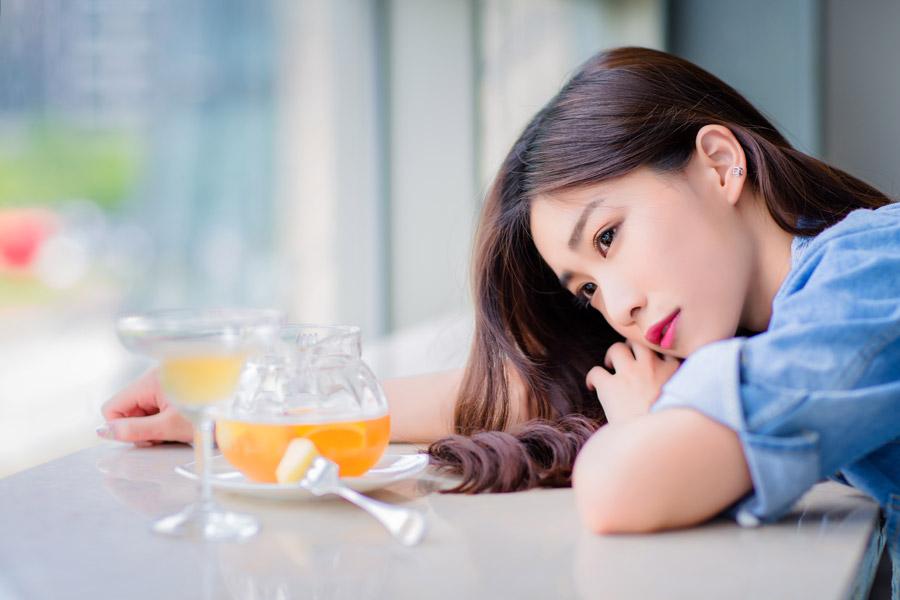 フリー写真 カフェのテーブルに突っ伏す女性