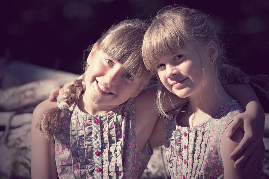 フリー写真 肩を組む外国の姉妹