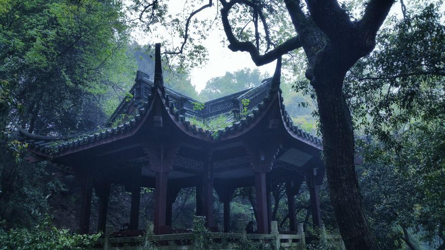 フリー写真 杭州市にある霧のかかる東屋の風景