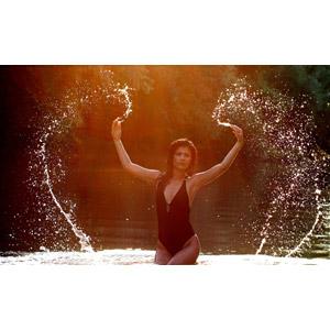 フリー写真, 人物, 女性, 外国人女性, 女性(00241), ルーマニア人, 水着, ワンピース(水着), 川遊び, 水遊び, 河川, 水しぶき