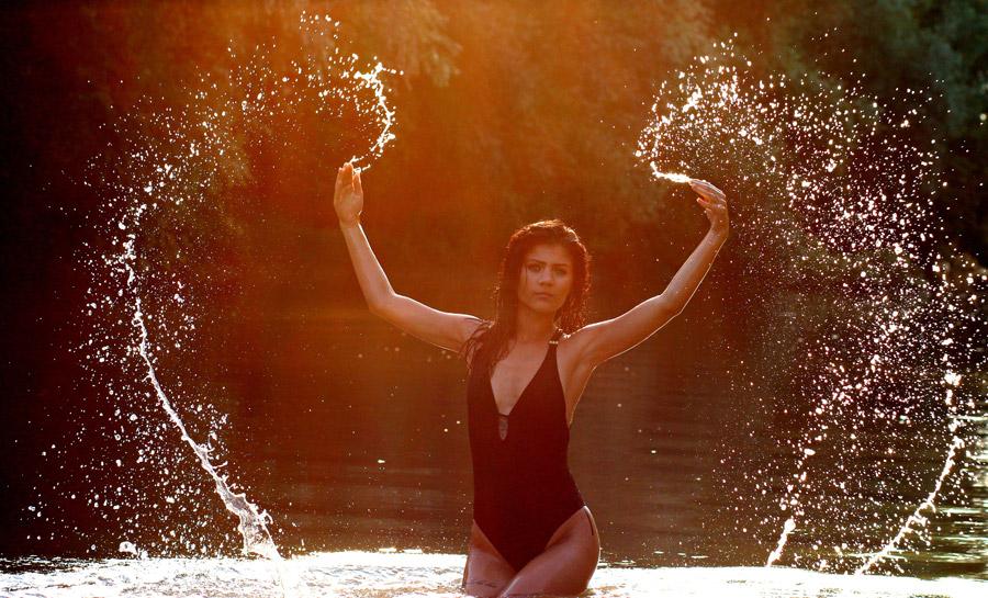 フリー写真 両手で水しぶきを上げる水着姿の外国人女性
