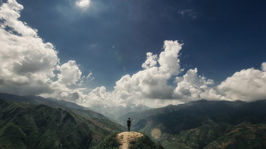 フリー写真 山と雲と山頂に立つ人物