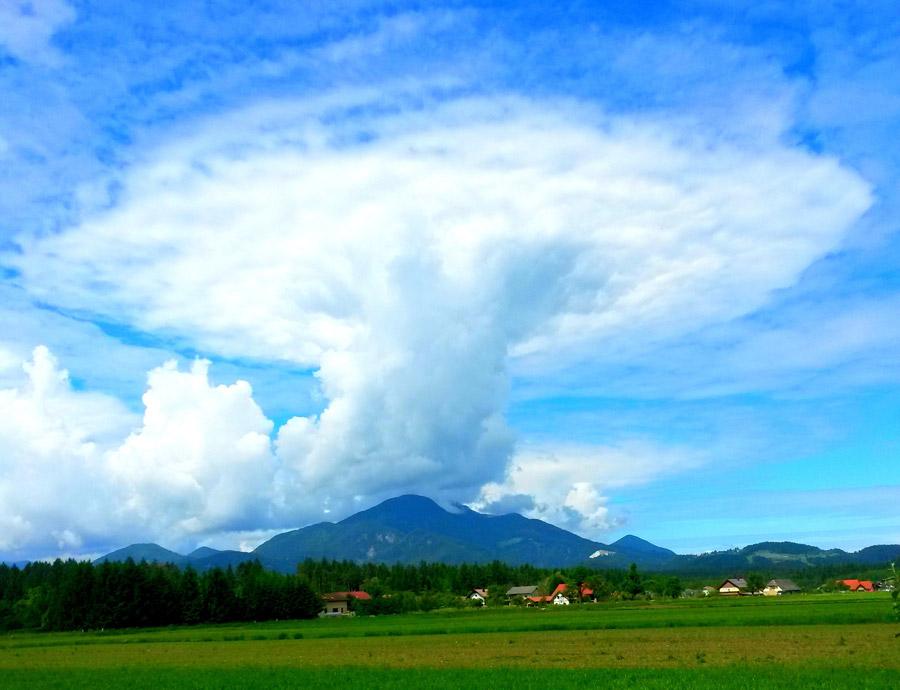 フリー写真 上空に発達している積乱雲の風景