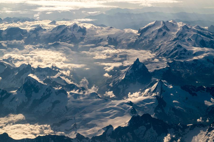 フリー写真 雪と雲に覆われた山脈の風景