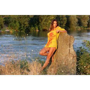 フリー写真, 人物, 女性, 外国人女性, 女性(00234), ルーマニア人, Tシャツ, 草むら