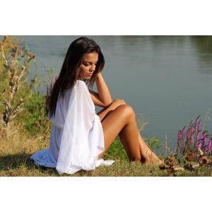 フリー写真, 人物, 女性, 外国人女性, 女性(00234), ルーマニア人, ドレス, 頭に手を当てる, 座る(地面)