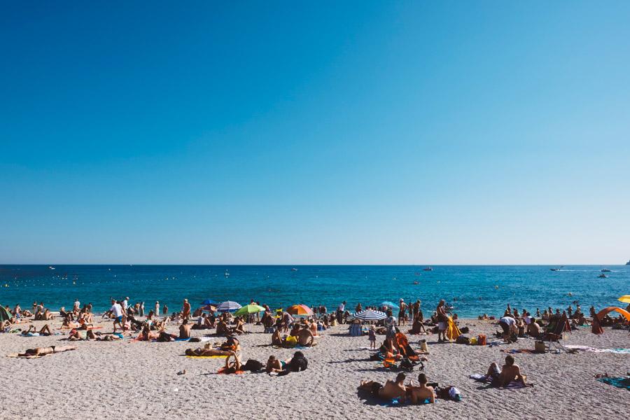 フリー写真 海水浴客で賑わうフランスのビーチ