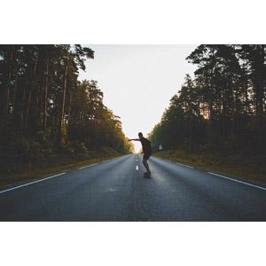フリー写真, 人物, 男性, 後ろ姿, スケートボード(スケボー), スポーツ, 人と風景, 後ろ姿, 道路