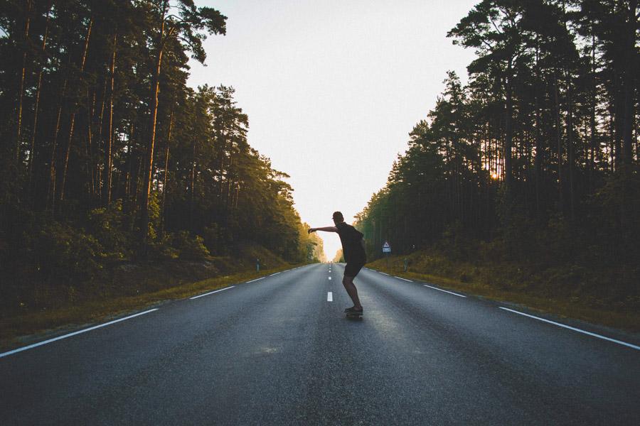 フリー写真 道路でスケボーする男性