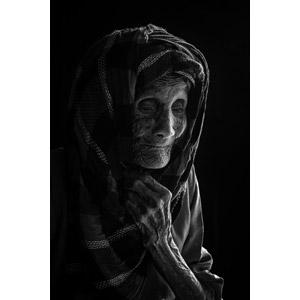 フリー写真, 人物, 老人, 祖母(おばあさん), 黒背景, シニア女性, モノクロ, ヒジャブ