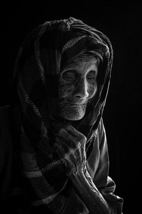 フリー写真 ヒジャブを被る老婆
