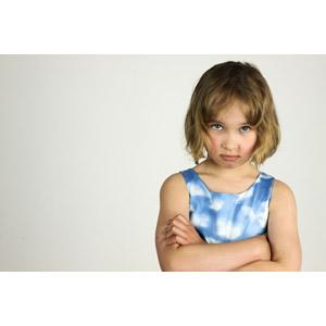 フリー写真, 人物, 子供, 女の子, 外国の女の子, ポーランド人, 腕を組む, 怒る, 白背景