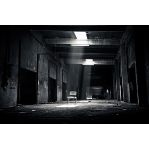 フリー写真, 風景, 建造物, 建築物, 廃墟, 椅子(イス), 太陽光(日光), 薄明光線, モノクロ
