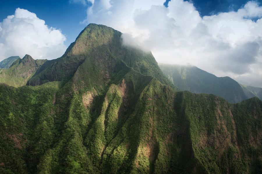 フリー写真 ハワイの雲がかかる山の風景