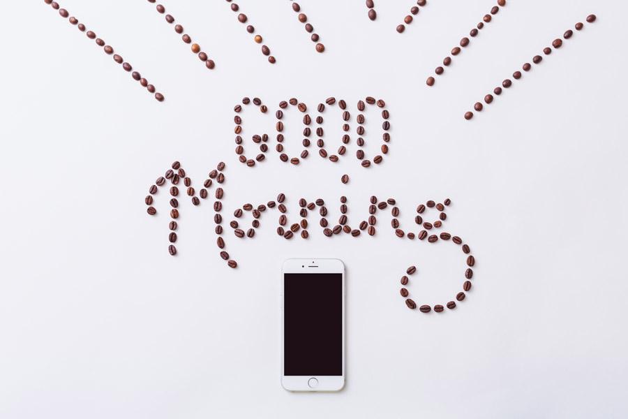 フリー写真 スマホとコーヒー豆のグッドモーニング