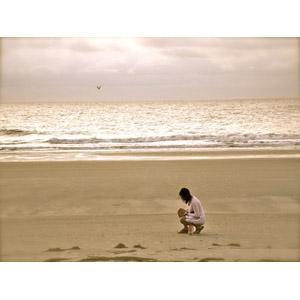 フリー写真, 人物, 女性, 海, ビーチ(砂浜), しゃがむ, 人と風景