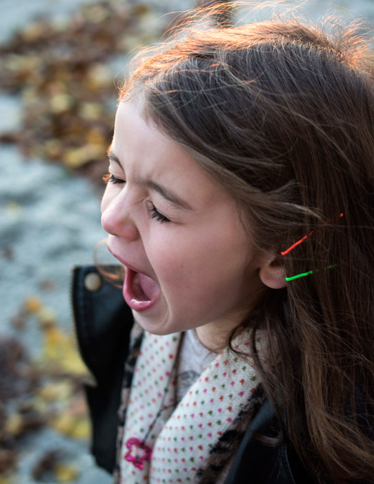 フリー写真 大声で叫ぶ外国の女の子