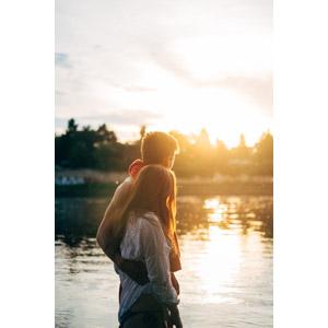 フリー写真, 人物, カップル, 恋人, 寄り添う, 人と風景, 夕暮れ(夕方), 湖水浴, 湖