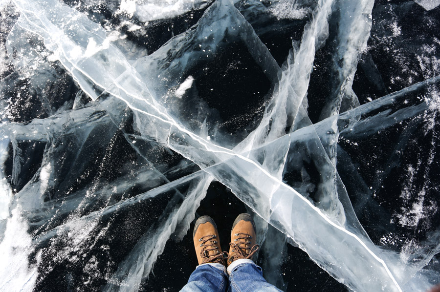 フリー写真 氷の上に立つ足