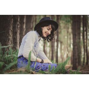 フリー写真, 人物, 女性, 外国人女性, ブラジル人, 帽子, 森林