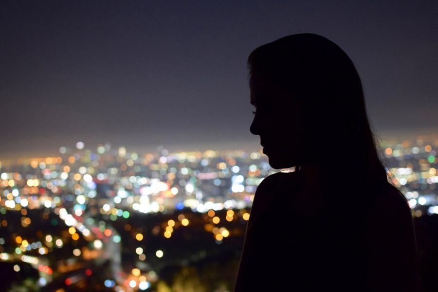 フリー写真 街の夜景と女性のシルエット
