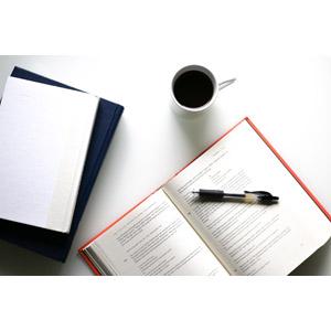 フリー写真, 飲み物(飲料), コーヒー(珈琲), コーヒーカップ, 本(書籍), ボールペン, 勉強(学習)