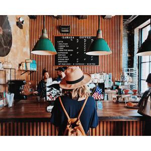フリー写真, 人物, 女性, 外国人女性, アメリカ人, 後ろ姿, 帽子, リュックサック(ナップサック), 喫茶店(カフェ), 飲食店