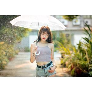 フリー写真, 人物, 女性, アジア人女性, 女性(00269), 中国人, キャミソール, ショートパンツ, 雨, 傘