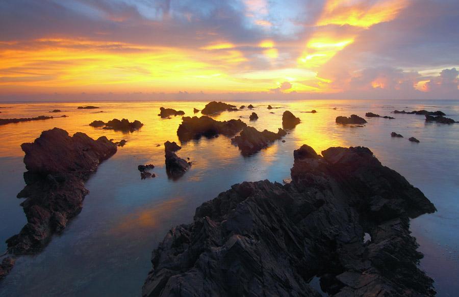 フリー写真 夕暮れの海と岩の風景