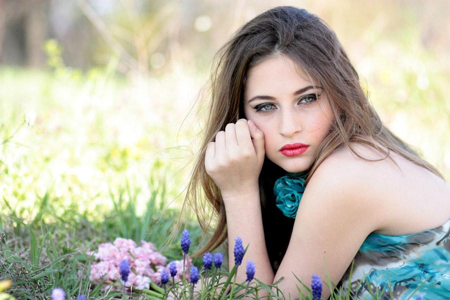 フリー写真 草花と腹這い姿の外国人女性