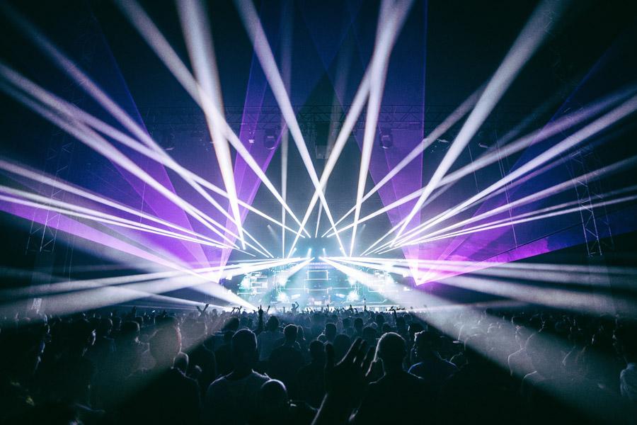 フリー写真 レーザー光線で演出されるライブ会場の風景