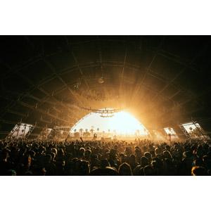 フリー写真, 風景, コンサート(ライブ), 人込み(人混み), 観客, 音楽, 太陽光(日光), 建造物, 建築物, 人と風景