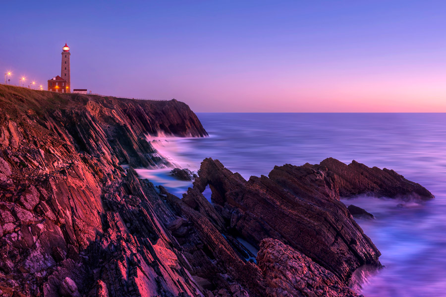 フリー写真 夕暮れの海岸と灯台の風景