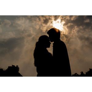 フリー写真, 人物, カップル, 恋人, キス(口づけ), 愛(ラブ), シルエット(人物), 人と風景, 太陽光(日光)