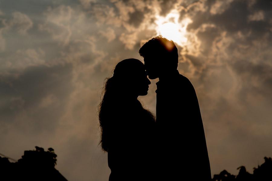 フリー写真 太陽の光と額にキスをするカップルのシルエット