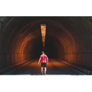 フリー写真, 人物, 男性, 外国人男性, 後ろ姿, 人と風景, トンネル