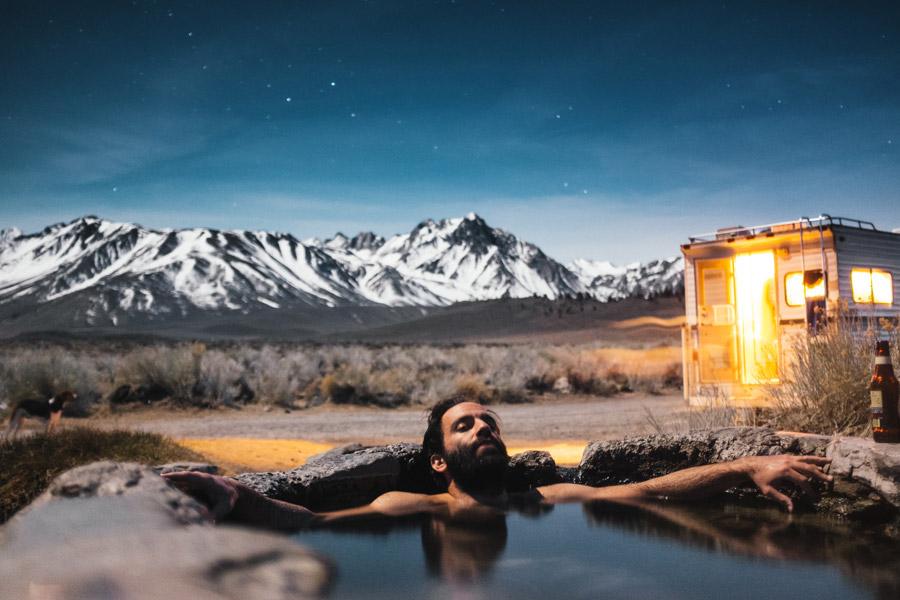 フリー写真 キャンピングカーと露天風呂に入る外国人男性