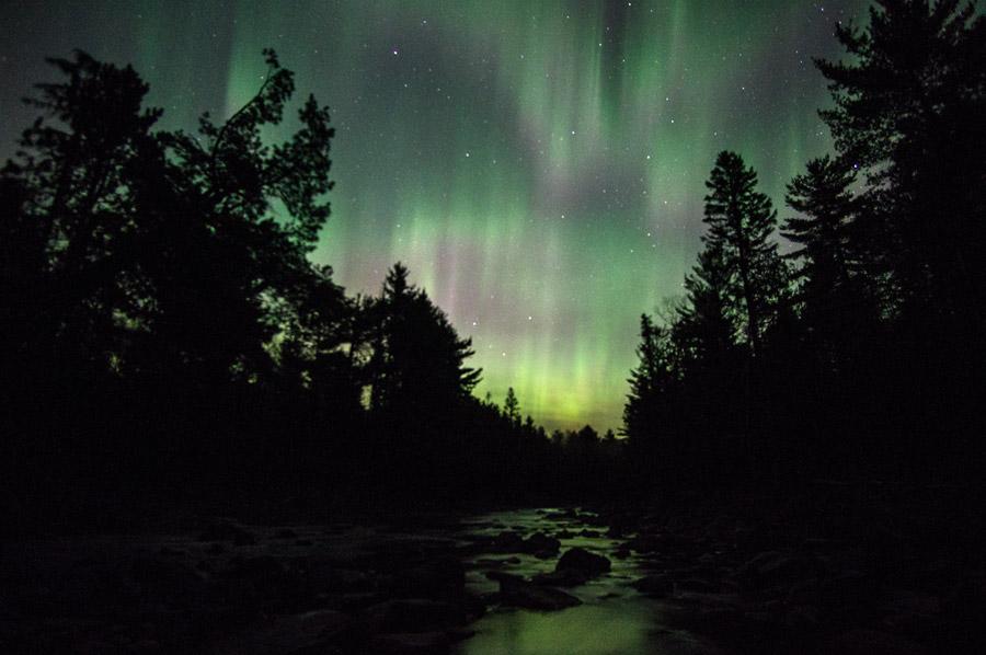 フリー写真 ナイフ川の夜空に現れるオーロラの風景