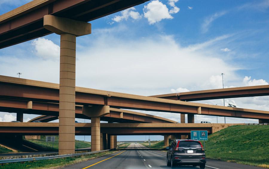 フリー写真 高速道路のジャンクションと高架下の道路の風景