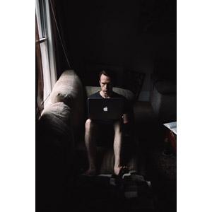フリー写真, 人物, 男性, 外国人男性, アメリカ人, パソコン(PC), ノートパソコン, アップル(Apple), 座る(ソファー), 部屋