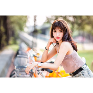 フリー写真, 人物, 女性, アジア人女性, 女性(00269), 中国人, 顎に手を当てる, キャミソール, 人と乗り物, 自転車