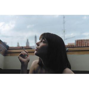 フリー写真, 人物, 女性, 外国人女性, イタリア人, 煙草(タバコ), 見上げる(上を向く), 横顔
