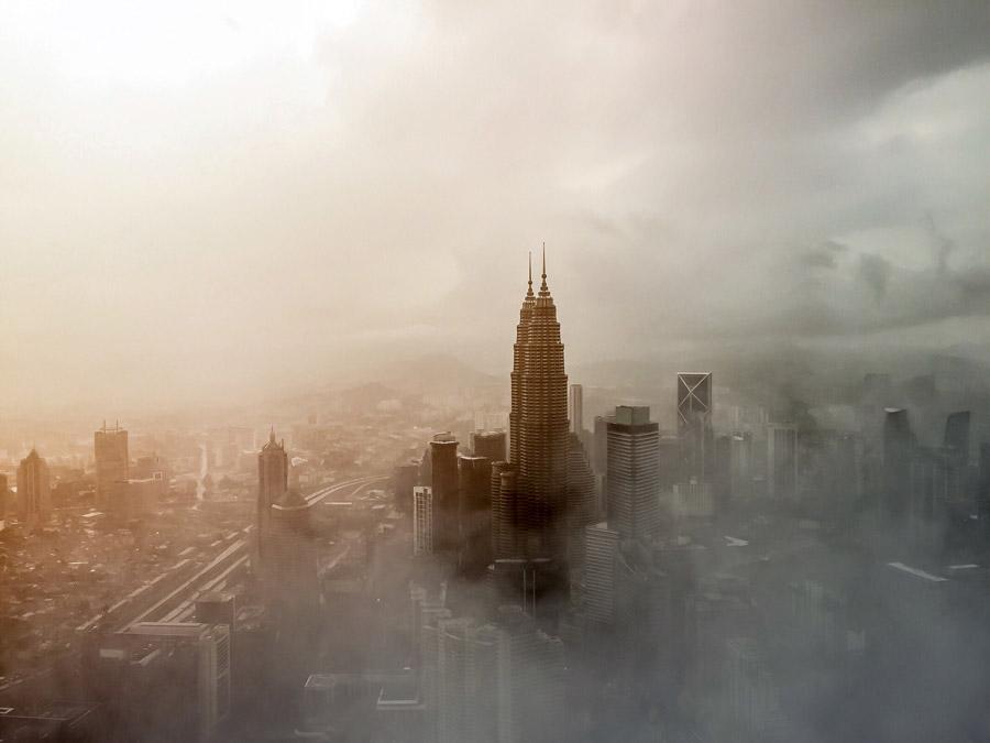 フリー写真 ペトロナスツインタワーと霧のかかるクアラルンプールの街並み