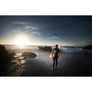 フリー写真, 人物, 男性, サーファー, サーフボード, 人と風景, 眺める, 後ろ姿, ビーチ(砂浜), 海, 夕暮れ(夕方), 夕日